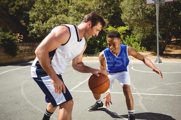 Gelukkig vrienden spelen basketbal basketbalveld zwarte Stockfoto © wavebreak_media