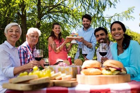 Portré mosolyog barátok mutat alkohol pult Stock fotó © wavebreak_media