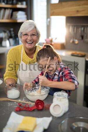 Lächelnd Großmutter Enkelin posiert pie Stock foto © wavebreak_media