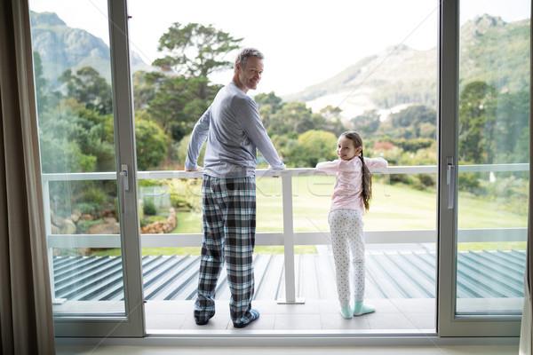 улыбаясь отец дочь Постоянный вместе балкона Сток-фото © wavebreak_media