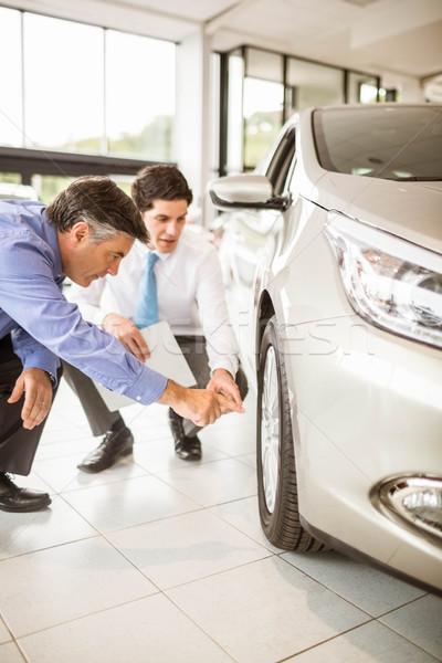 Sprzedawca człowiek showroom samochodu Zdjęcia stock © wavebreak_media