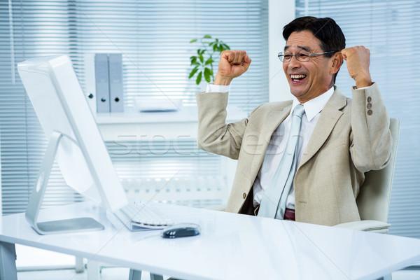 Mosolyog üzletember karok a magasban számítógép boldog billentyűzet Stock fotó © wavebreak_media