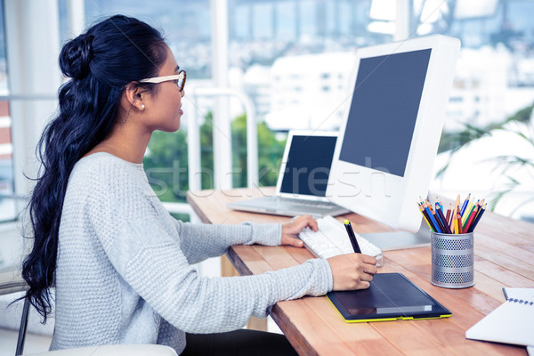 Sorridente asiático mulher digital conselho computador Foto stock © wavebreak_media