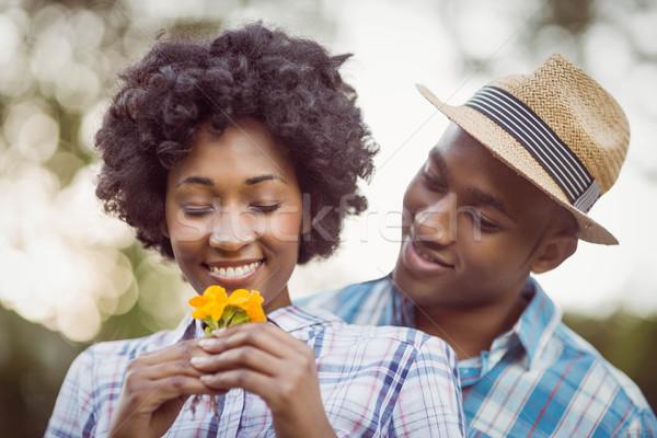 Uśmiechnięty para żółte kwiaty ogród kobieta Zdjęcia stock © wavebreak_media