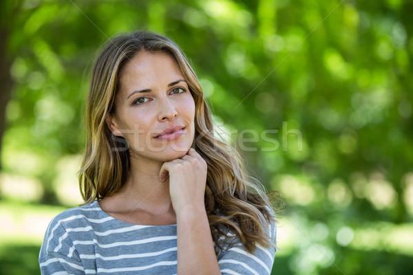 Retrato mulher tocante queixo parque árvore Foto stock © wavebreak_media