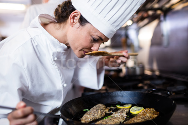 Chef frito peixe cozinha restaurante Foto stock © wavebreak_media