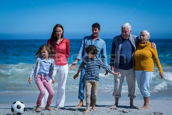 Foto d'archivio: Famiglia · felice · giocare · calcio · insieme · spiaggia · ragazza
