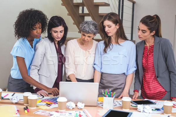 Groep met behulp van laptop kantoor computer vrouw Stockfoto © wavebreak_media