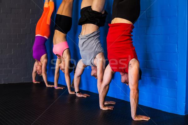 стойка на руках фитнес студию мужчины Сток-фото © wavebreak_media