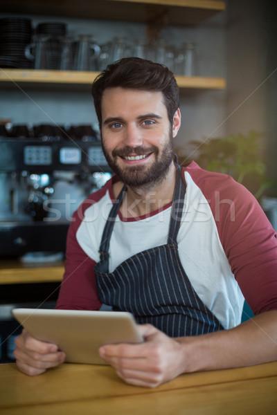 Sorridente garçom digital comprimido contrariar café Foto stock © wavebreak_media