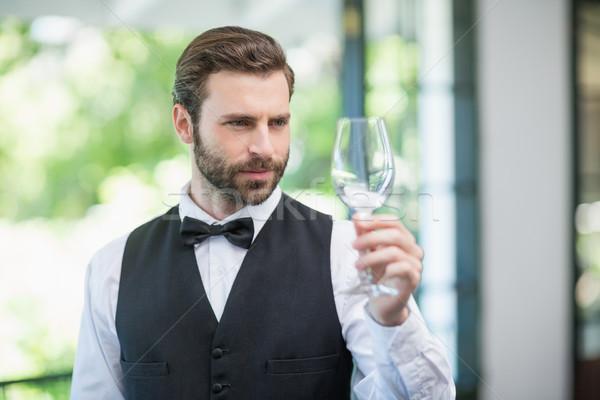 Mannelijke De ober wijnglas restaurant lege Stockfoto © wavebreak_media