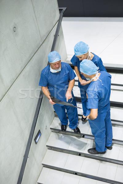 Chirurgen bespreken Xray trappenhuis Stockfoto © wavebreak_media