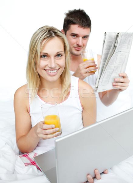 çift içme portakal suyu okuma haber yatak Stok fotoğraf © wavebreak_media