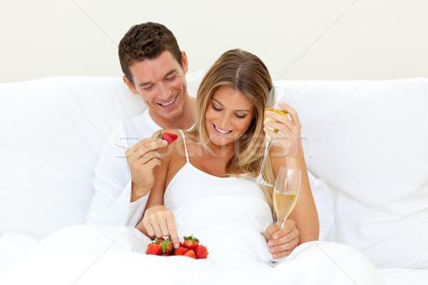 Amantes potable champán fresas hombre sexy Foto stock © wavebreak_media