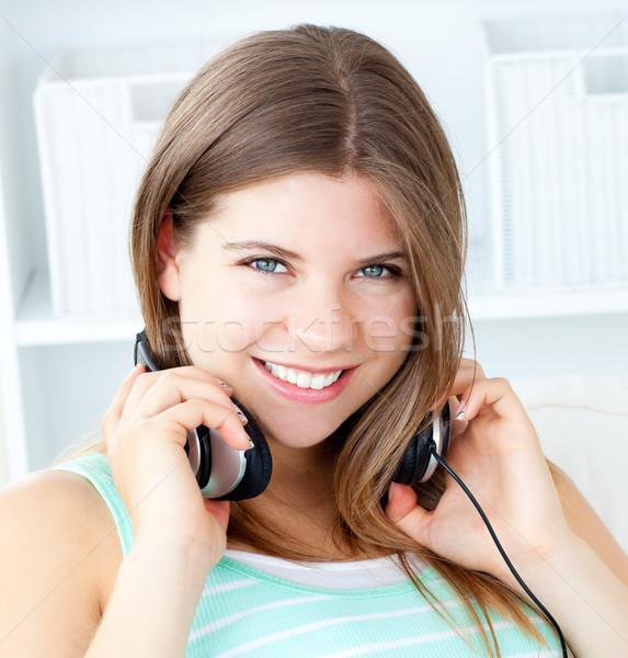 радостный женщину прослушивании музыку Жилье дома Сток-фото © wavebreak_media