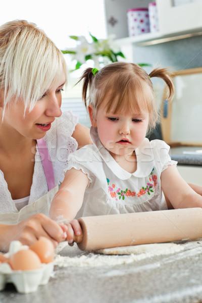 Uważny młodych matka córka kuchnia Zdjęcia stock © wavebreak_media