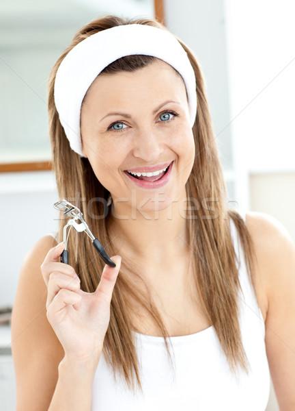 Alegre mujer de pestañas mirando cámara Foto stock © wavebreak_media