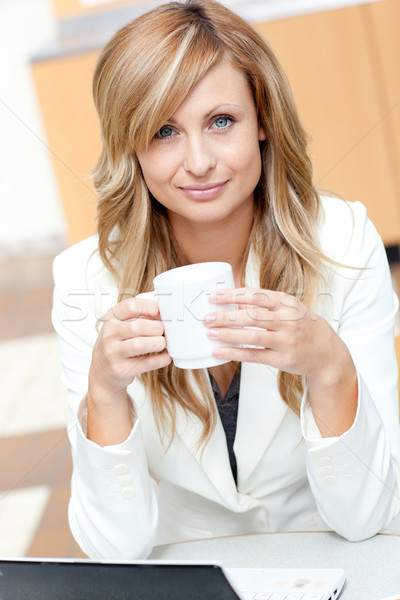 Heldere zakenvrouw beker koffie laptop Stockfoto © wavebreak_media