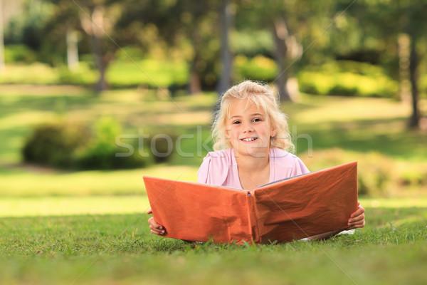 девочку глядя альбома фото дерево любви Сток-фото © wavebreak_media