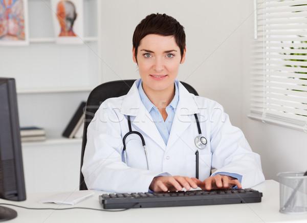 Homme médecin tapant ordinateur bureau affaires Photo stock © wavebreak_media