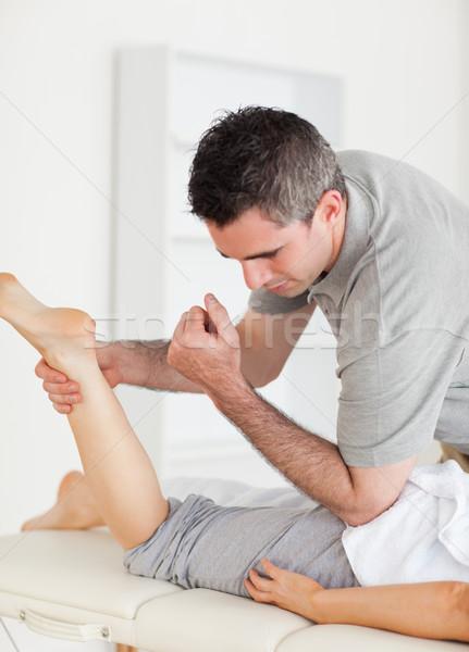 Chiropraticien Homme clientèle jambe chirurgie main Photo stock © wavebreak_media