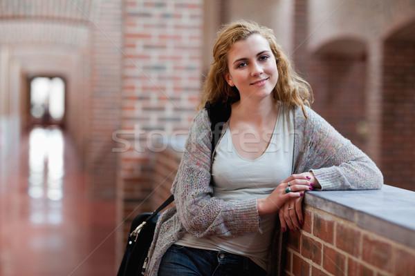 Giovani studente piedi up corridoio donna Foto d'archivio © wavebreak_media