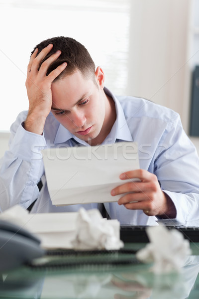 Frustrado empresario lectura proyecto de ley papel libros Foto stock © wavebreak_media