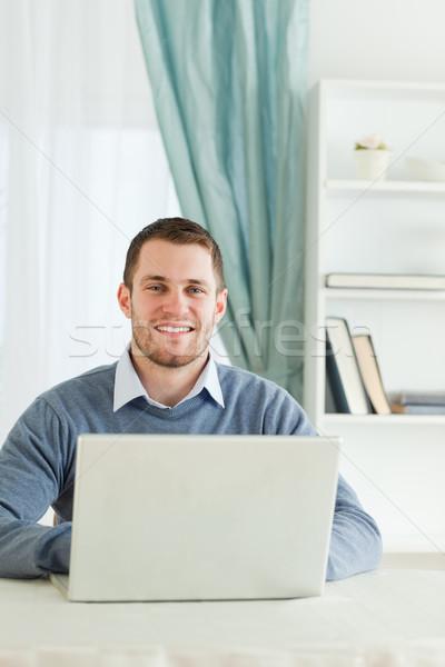 Photo stock: Souriant · jeunes · affaires · affaires · ordinateur · maison