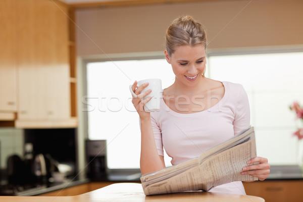 Kadın okuma haber çay mutfak mutlu Stok fotoğraf © wavebreak_media