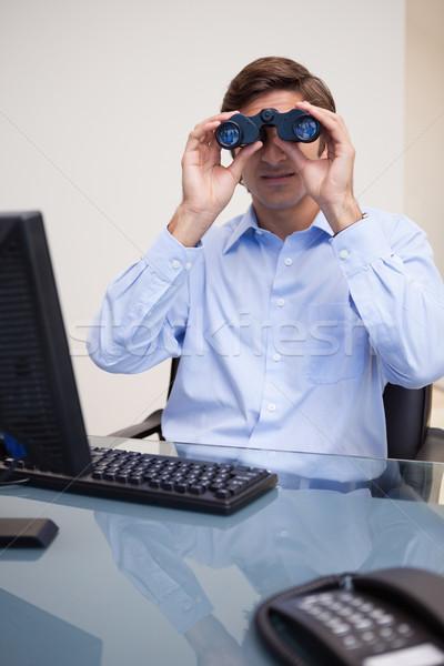 Giovani imprenditore guardando binocolo ufficio lavoro Foto d'archivio © wavebreak_media