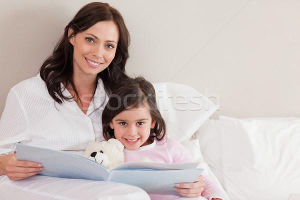 Felice madre lettura storia figlia camera da letto Foto d'archivio © wavebreak_media