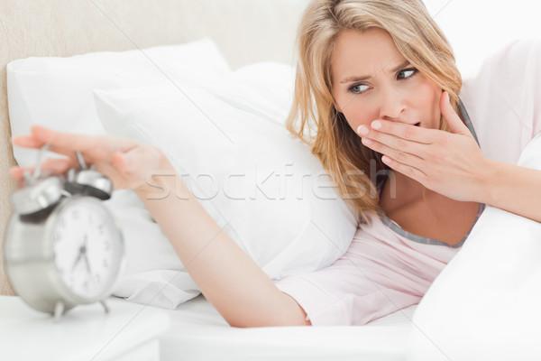 Mujer cama hasta vuelta Foto stock © wavebreak_media