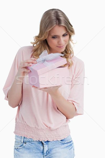 好奇心の強い 若い女性 開設 ギフト 白 歳の誕生日 ストックフォト © wavebreak_media