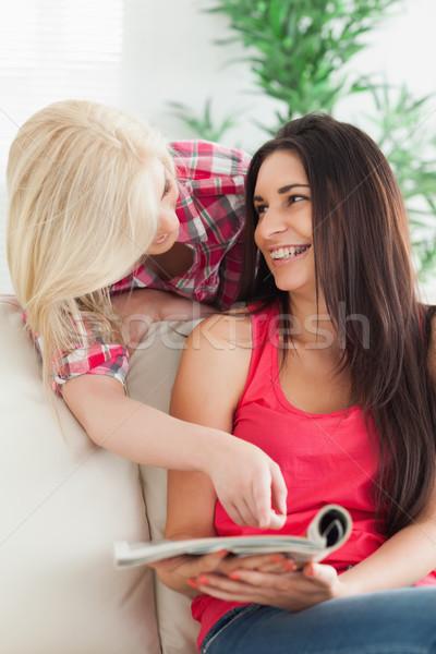 Donna punta magazine amico divano donna sorridente Foto d'archivio © wavebreak_media