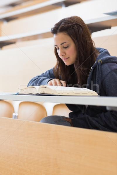 Dziewczyna posiedzenia czytania książki wykład sali Zdjęcia stock © wavebreak_media