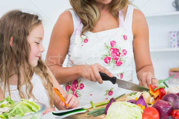 Mère légumes fille écrit quelque chose Photo stock © wavebreak_media