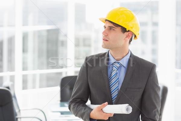 Komoly építész tart tervrajzok felfelé néz iroda Stock fotó © wavebreak_media