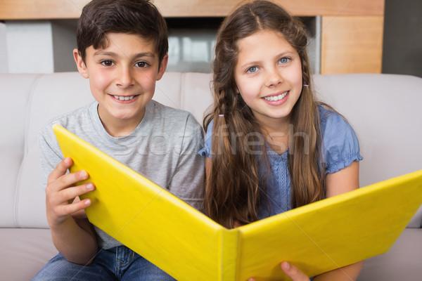 Portré mosolyog testvérek fényképalbum nappali ül Stock fotó © wavebreak_media