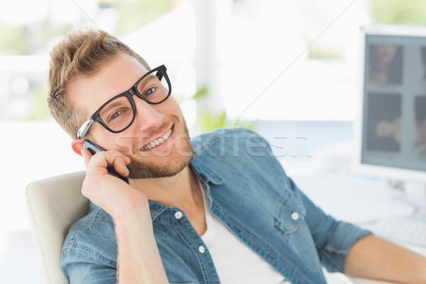 Editor hablar teléfono escritorio sonriendo cámara Foto stock © wavebreak_media
