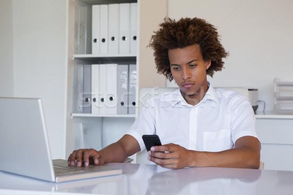 Сток-фото: случайный · бизнесмен · смартфон · ноутбука · столе · служба