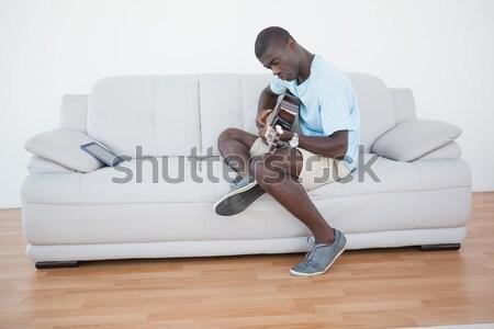 Foto stock: Casual · homem · sessão · sofá · jogar · guitarra