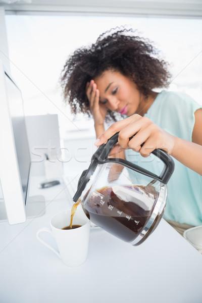 Fáradt üzletasszony áramló csésze kávé asztal Stock fotó © wavebreak_media