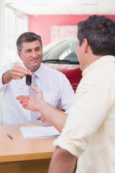 Mosolyog eladó vásárló slusszkulcs új autó bemutatóterem Stock fotó © wavebreak_media