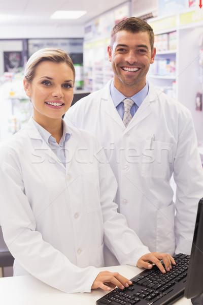 Equipo mirando cámara hospital farmacia ordenador Foto stock © wavebreak_media