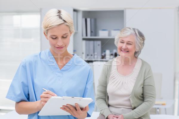 Verpleegkundige schrijven patiënt vergadering kliniek Stockfoto © wavebreak_media