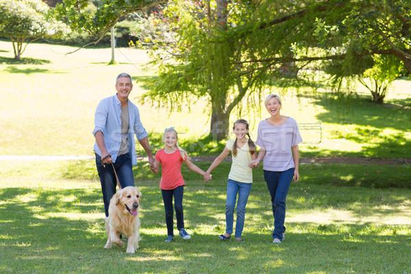 Familia feliz caminando parque perro nina Foto stock © wavebreak_media