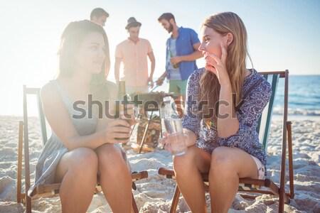 Feliz amigos barbacoa potable cerveza playa Foto stock © wavebreak_media