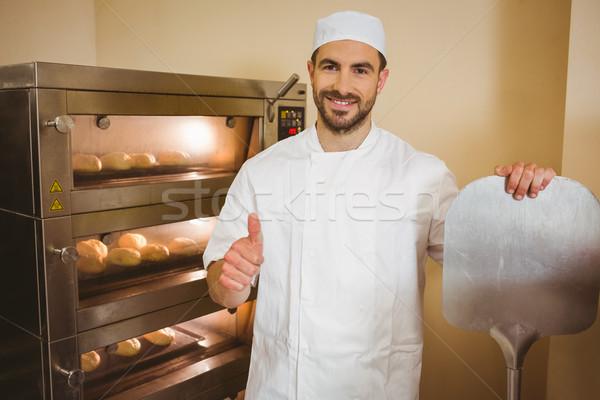 Bakker glimlachend camera naast oven commerciële Stockfoto © wavebreak_media