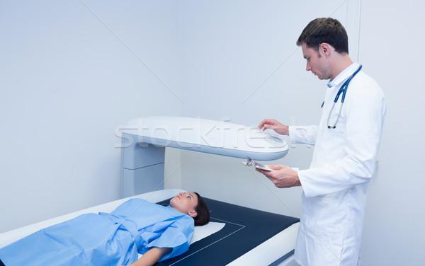 Orvos tart röntgenkép gép beteg kórház Stock fotó © wavebreak_media