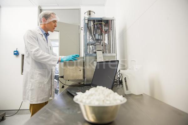Farmacéutico maquinaria medicina pesado laboratorio Foto stock © wavebreak_media